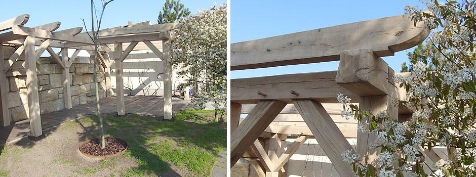 Eine Holzkonstruktion zum Überdachen eines Grillplatzes