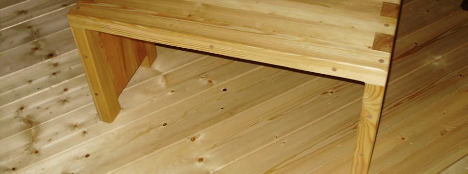 Kleine Ofenbank aus Lärche aus Massivholz mit klassischen Holzverbindungen verarbeitet