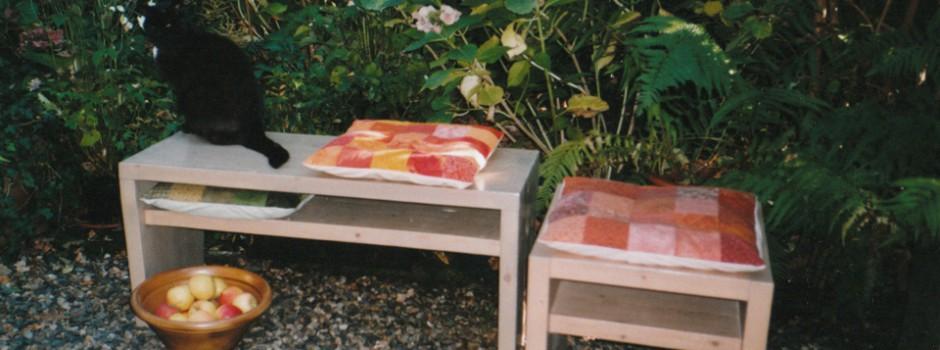 kleine Bank mit Ablage für Kissen und Zeitschriften unter der Sitzfläche aus Massivholz