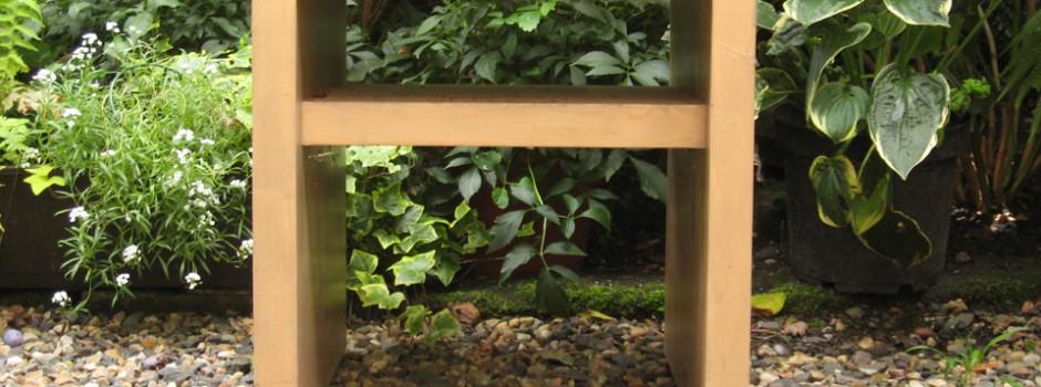 Hocker mit Kissenablage unter der Sitzfläche