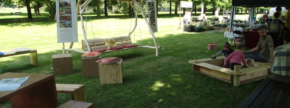 Esstischgarnitur aus Massivholz, Hollywoodschaukel aus Holz, Hocker, Pflankübel aus Holz