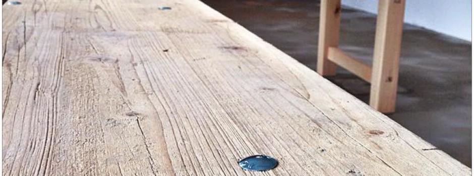 """Bänke und Tische aus alten Gerüstbohlen für das Restaurant """" Speisewerk """" welches im Februar in der Nähe des Dresdner Künstlerviertel, der Neustadt eröffnet"""